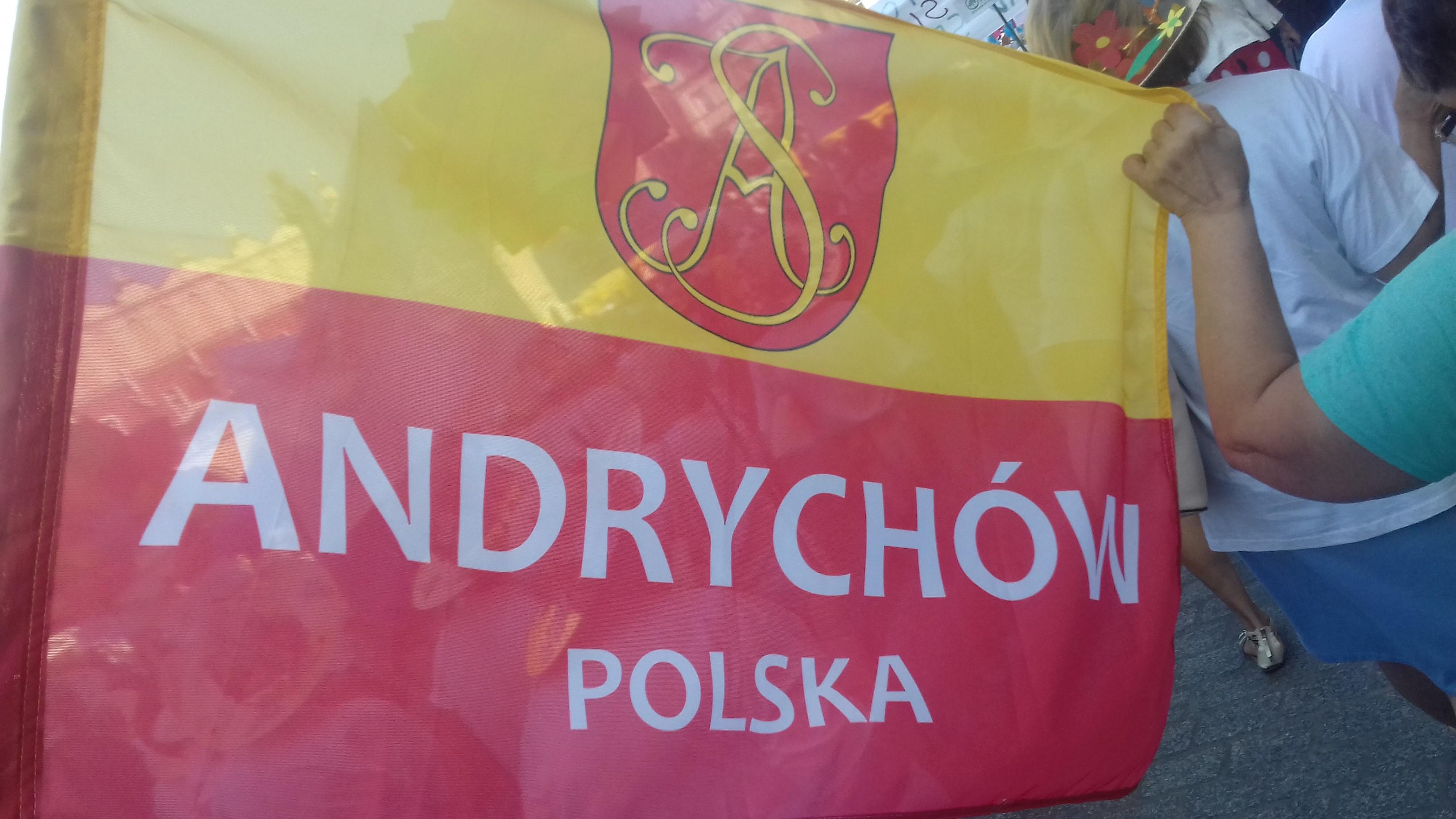 Zdjęcie żółto-czerwonej flagi z herbem Andrychowa i napisem Andrychów Polska