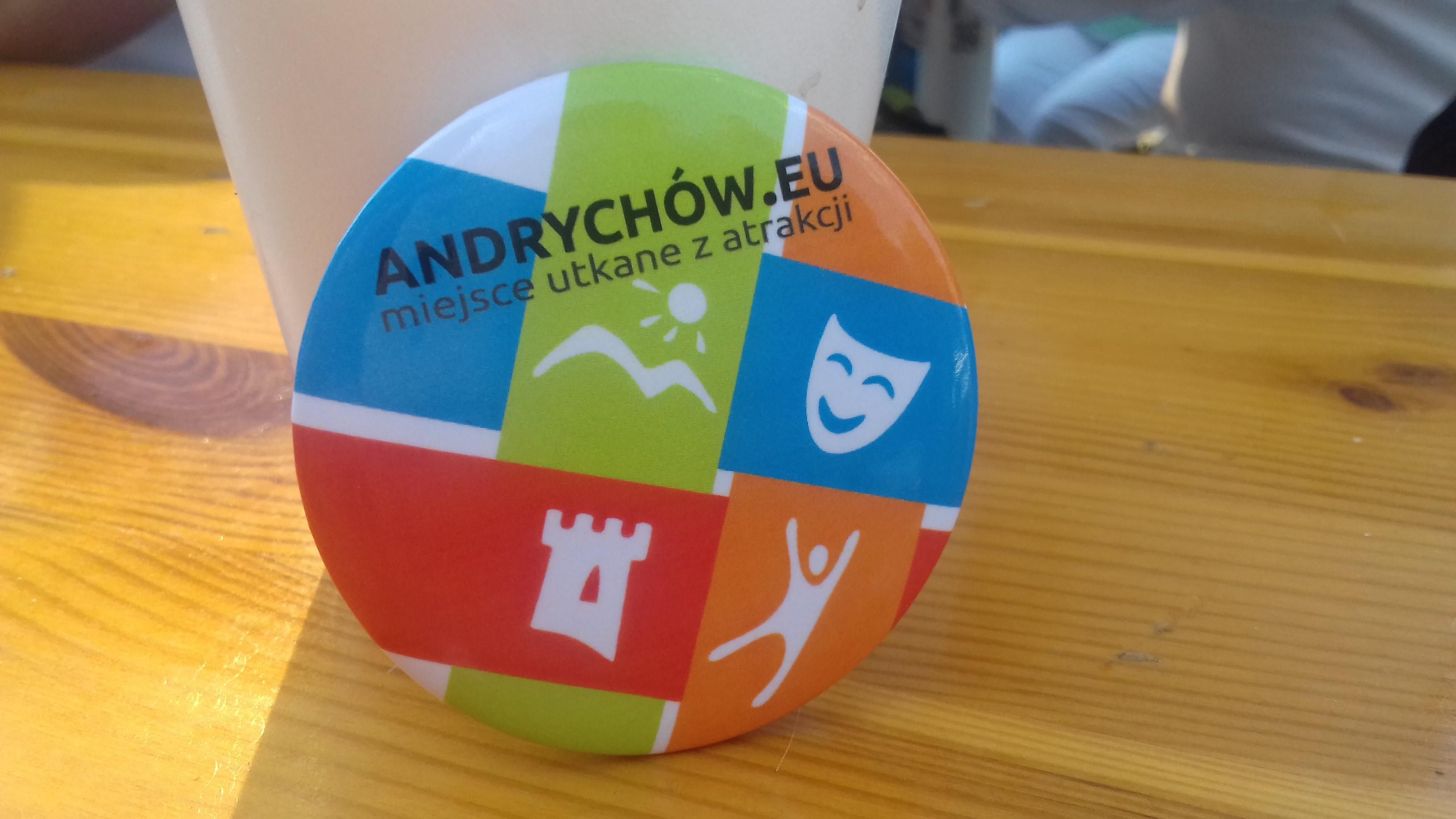 Zdjęcie przypinki z napisem ANDRYCHÓW.EU miejsce utkane z atrakcji