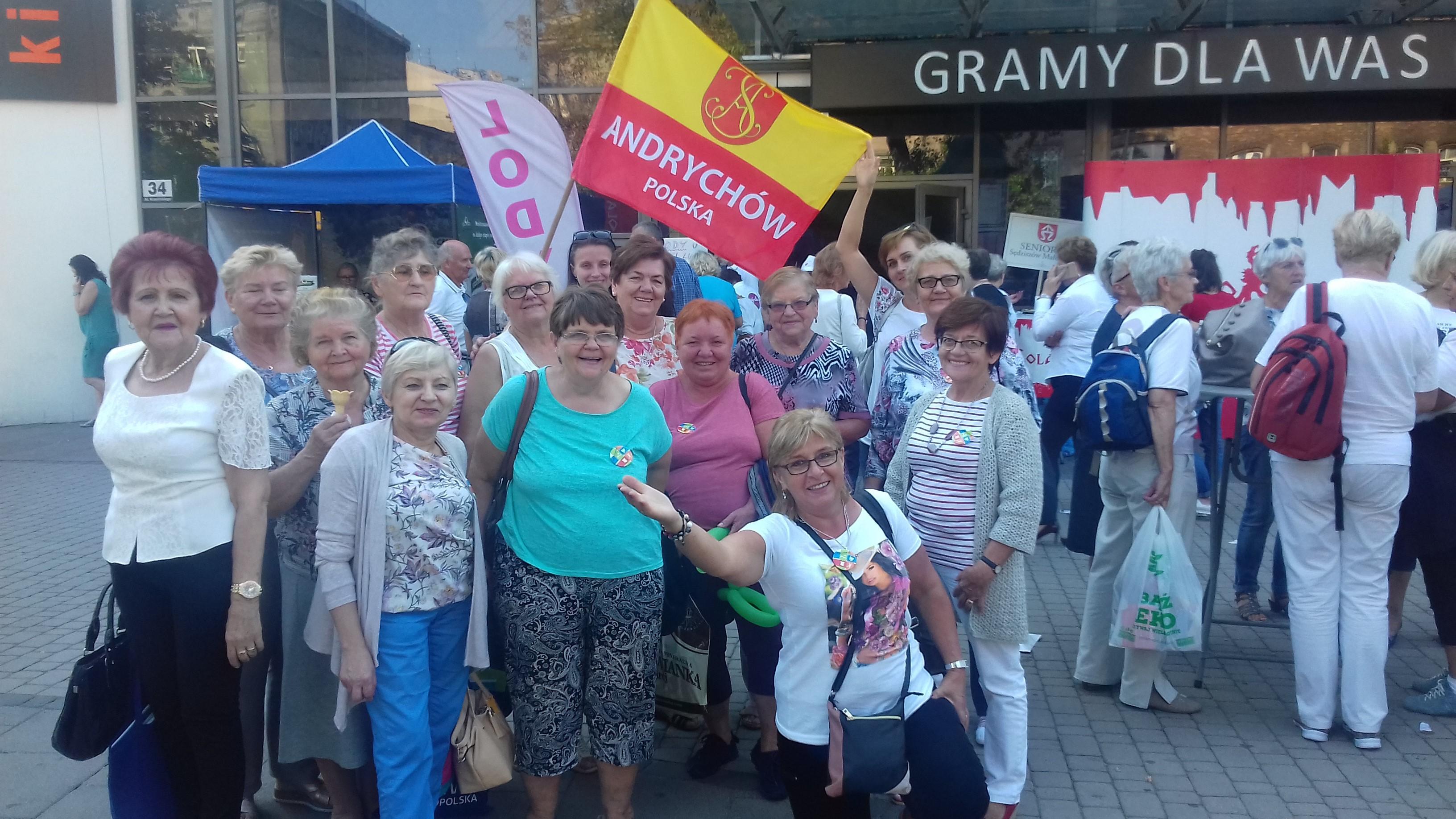 Zdjęcie grupowe seniorów z Andrychowa, którzy uczestniczyli w Senioraliach w Krakowie.