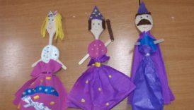 Na zdjęciu lalki zrobione z drewnianych łyżek, patyczków do lodów i bibuły
