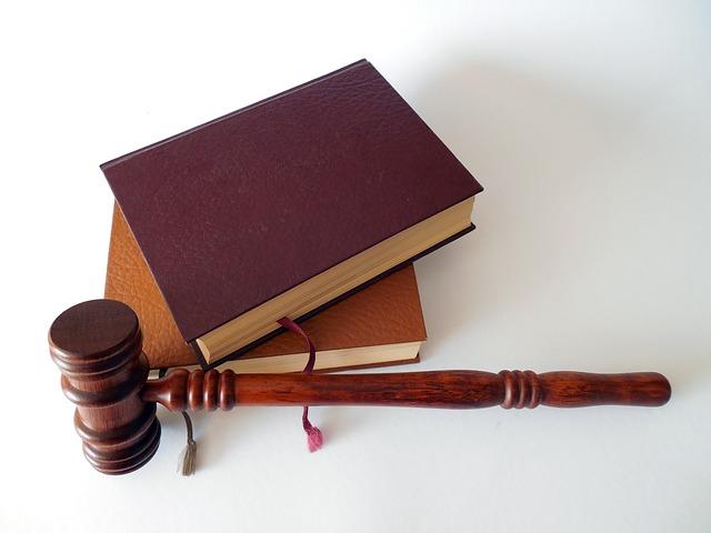 Zdjęcie młotka sędziowskiego i książek