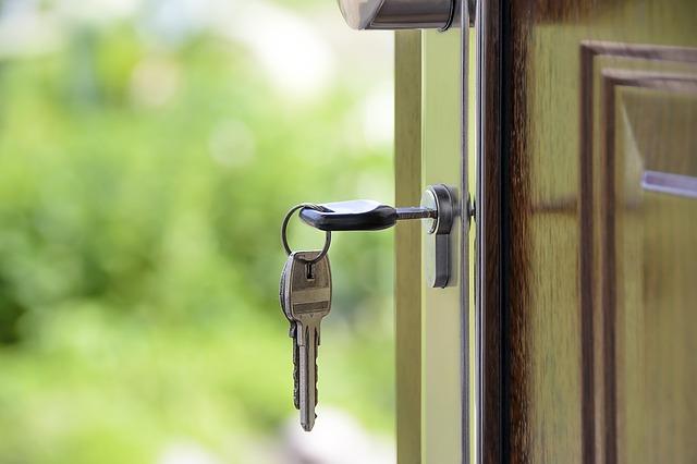 Drzwi, zbliżenie na zamek z włożonym kluczem
