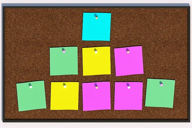 Na zdjęciu tablica korkowa, do niej przyczepione kolorowe karteczki na notatki