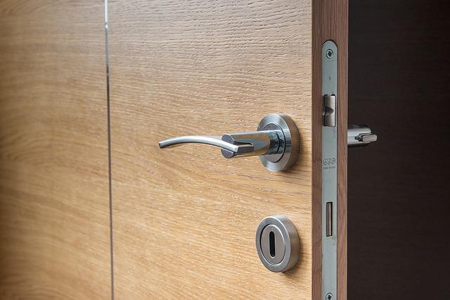 Zdjęcie drzwi, które się otwierają