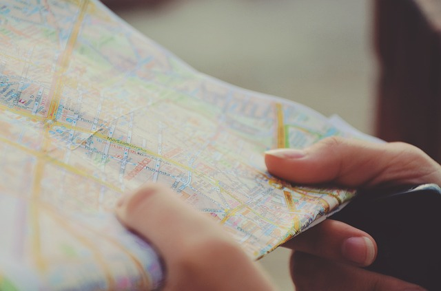 Ręce osoby trzymającej mapę.