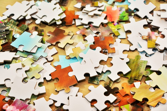 Puzzle rozrzucone na stole