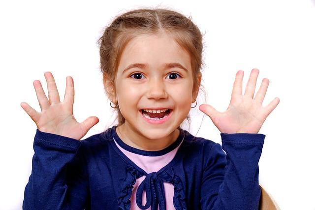 Zdjęcie uśmiechniętej dziewczynki