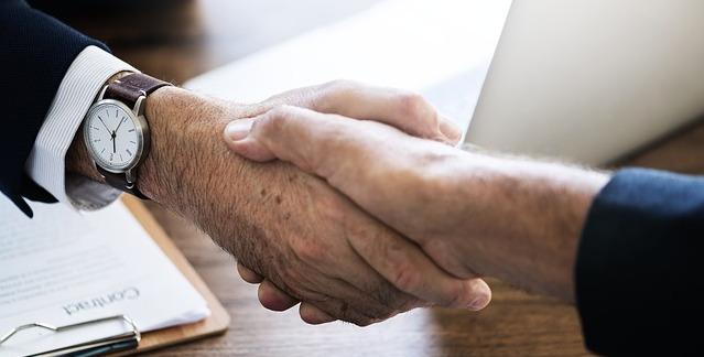 Zdjęcie uścisku dłoni, jak przy zawieraniu umowy