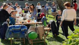Uczestnicy pikniku przy stole