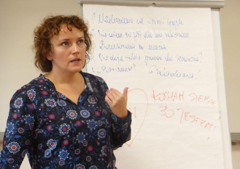 Na zdjęciu Marzena Kopta prowadząca warsztaty