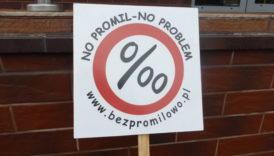 """Tabliczka z logotypem kampanii No promil - no problem i napisem """"No promil - no problem"""" oraz """"www.bezpromilowo.pl"""""""