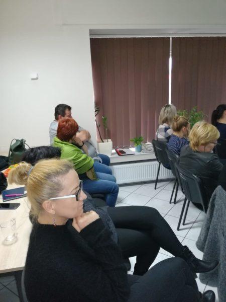 Na zdjęciu zasłuchani uczestnicy szkolenia siedzący na krzesłach