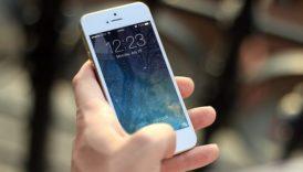 Zdjęcie ręki trzymającej telefon komórkowy