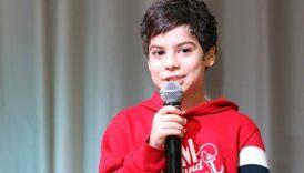Chłopiec śpiewający do mikrofonu