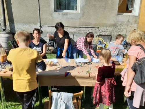 Uczestnicy pikniku wykonują plakat