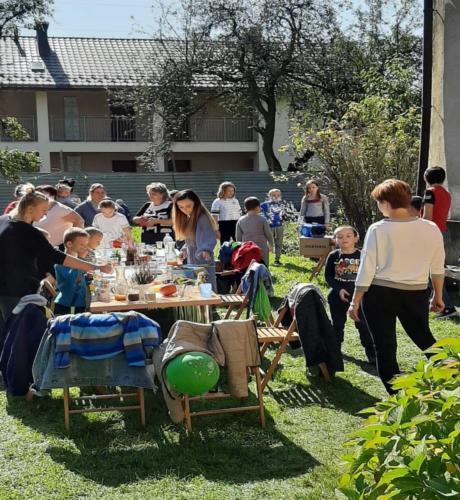 Uczestnicy pikniku zgromadzeni wokół stołu