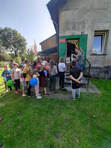 Dzieci stoją w kolejce