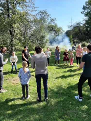 Uczestnicy pikniku w czasie zabawy integracyjnej, w tle ognisko