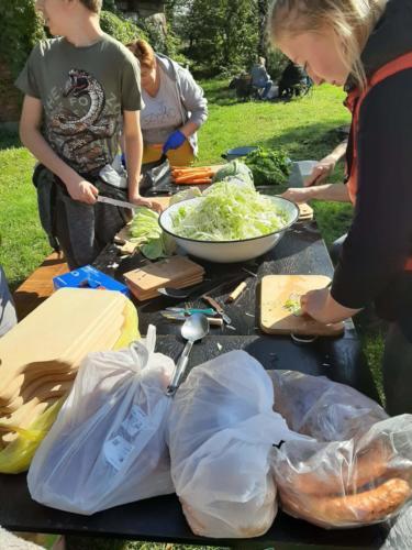 Uczestnicy pikniku krojących składniki do prażonek