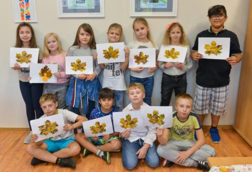 Zdjęcie grupowe dzieci  trzymających wykonane przez siebie prace plastyczne