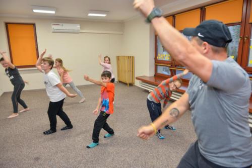 Dzieci tańczą, naśladując instruktora