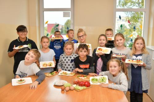 Zdjęcie grupowe dzieci z wykonanymi przez nie kanapkami
