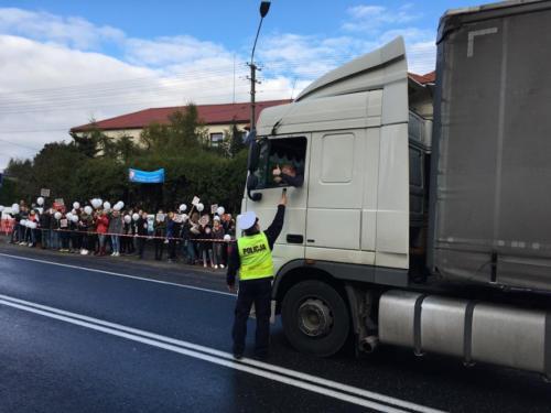 Policjant sprawdzaj trzeźwość kierowcy ciężarówki