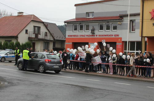 Dzieci obok Ochotniczej Straży Pożarnej w Sułkowicach Łęgu