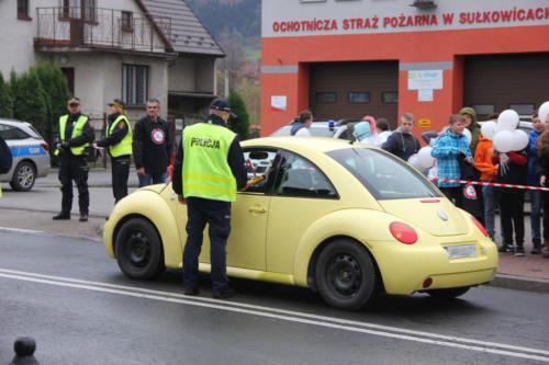 Policjant sprawdza trzeźwość kierowcy samochodu