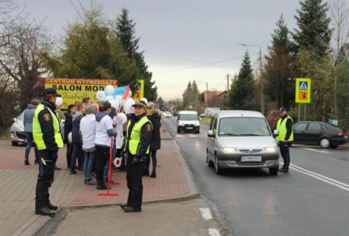 Dzieci przy drodze, obok strażnicy miejscy zabezpieczający uczestników kampanii