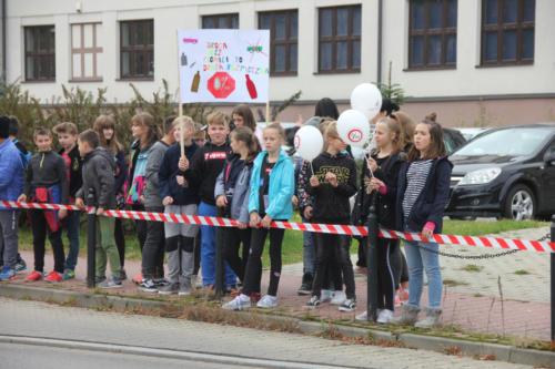 """Dzieci z transparentem z napisem """"Droga bez promila to droga bezpieczna"""""""