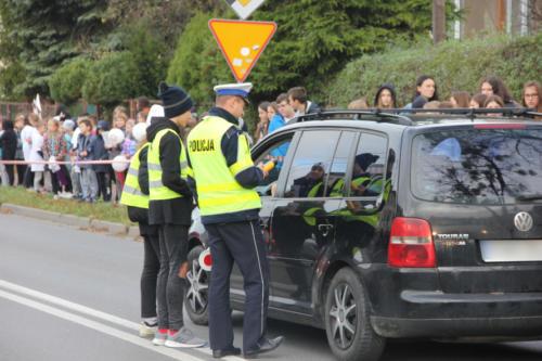 Policjant sprawdza trzeźwość kierowców