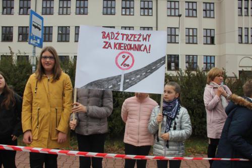"""Dzieci z transparentem z napisem """"Bądź trzeźwy za kierownicą"""""""