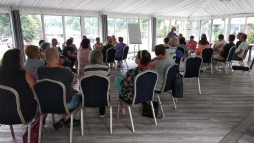 Zdjęcie uczestników projektu siedzących na krzesłach