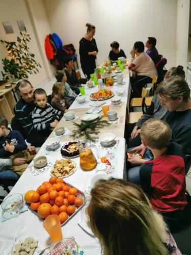 Uczestnicy spotkania przy świątecznym stole