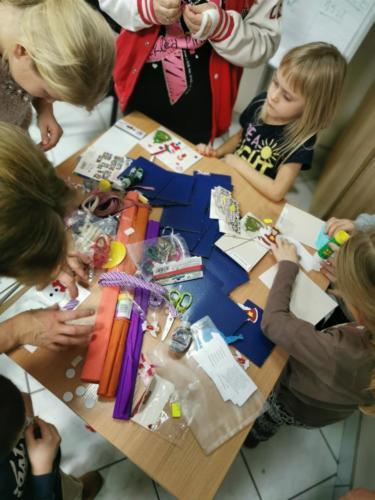 Dzieci rozpoczynają wykonywanie kartek świątecznych, m.in. z papieru i bibuły