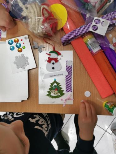 Ręce dziecka, które wykonuje kartkę świąteczną
