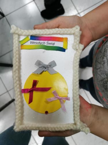 Kartka świąteczna przedstawiająca żółtą bombkę choinkową