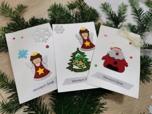 Zdjęcie kartek świątecznych na gałązce z choinki