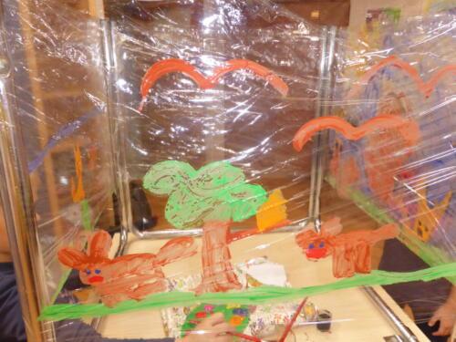 obraz wykonany przez dzieci przedstawiający jesienne drzewo, wiewiórki i ptaki