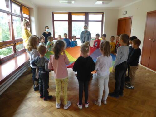 dzieci stoją wokół chusty Klanza