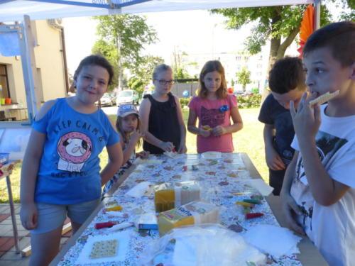 dzieci jedzą udekorowane przez siebie ciastka